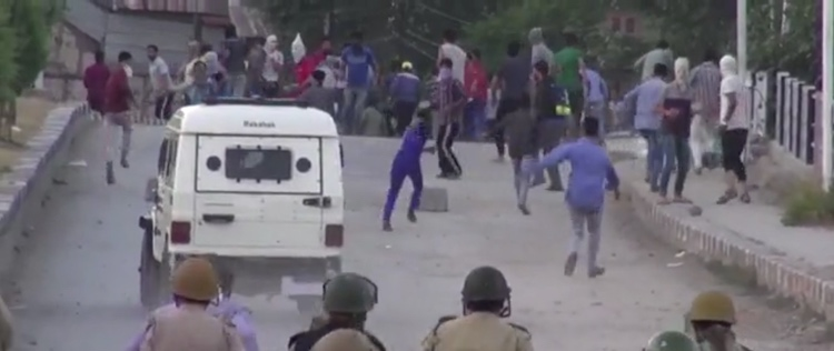 Photo: Police and stone-throwing demonstrators clash on a street in Srinagar, Kashmir. July 2016. Credit: VOA News | Wikimedia Commons.