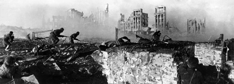Photo: Soviet soldiers attack, February 1943. The ruined Railwaymen's Building is in the background. CC BY-SA 3.0