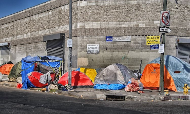 Photo: Tents of the homeless on the sidewalk in Skid Row, Los Angeles. CC BY-SA 4.0