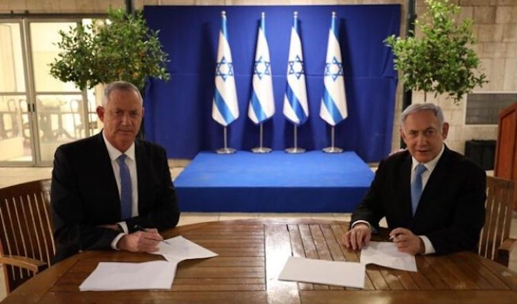Photo: Israeli Prime Minister Benjamin Netanyahu and Benny Gantz signing the agreement on the goverment. (Photo: File)
