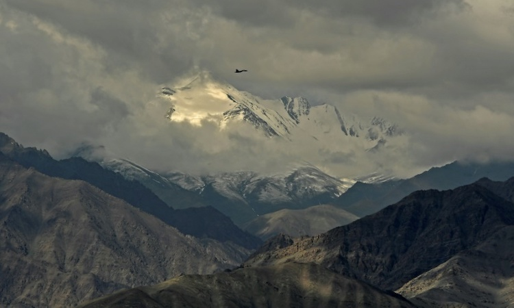 Photo: An Indian fighter jet flies over Leh, the joint capital of the union territory of Ladakh, on June 25, after the border showdown between Delhi and Beijing. Source: Bangkok Post.