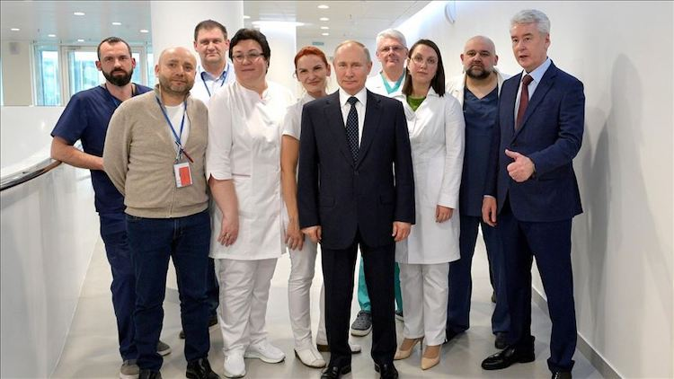 Photo: Putin visits COVID-19 patients at Moscow hospital. Source: Kremlin Press Office | Handout - Anadolu Agency)