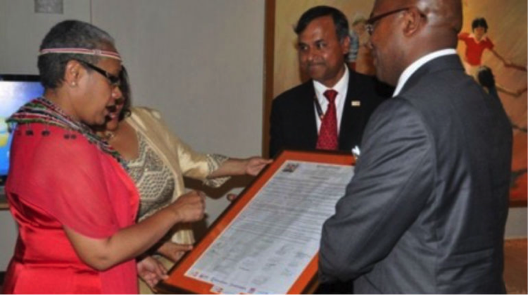 Siddharth Chatterjee presents a communique to the First Lady of Kenya signed by 15 County Governors to improve maternal and adolescent health, in November 2014 (UN Kenya)